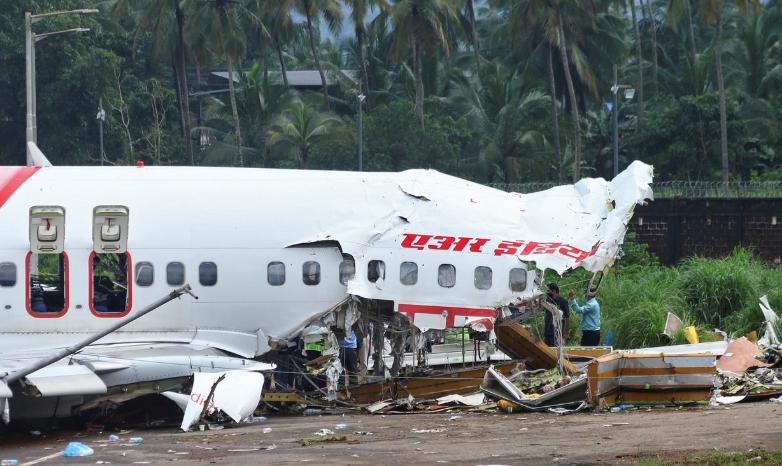 """印度坠毁客机 """"黑匣子""""已找到 正在寻找座舱通话记录仪"""