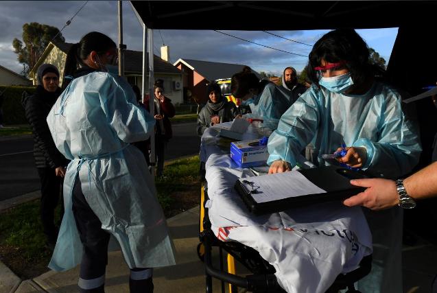 墨尔本街头的医护人员(图源:路透社)