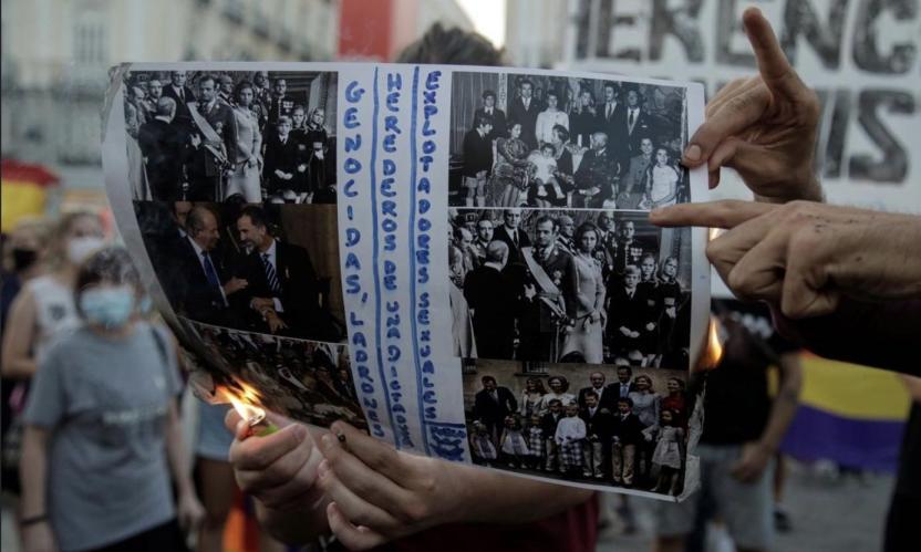 抗议者在游行中烧毁王室照片(图源:路透社)