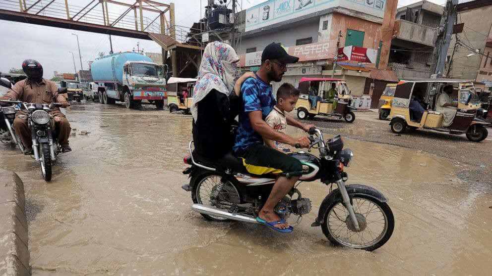 巴基斯坦卡拉奇一条被暴雨淹没的道路(图源:美联社)