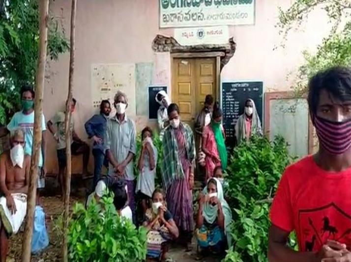 """印度村庄缺少防疫设施 15名确诊患者被""""隔离在树下"""""""