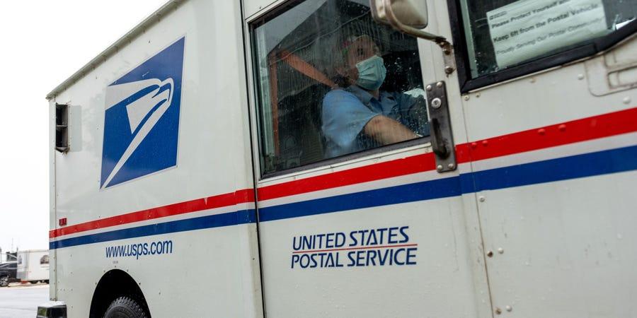 """抗议者聚集美国邮政局局长家门外 举行""""噪音示威"""""""