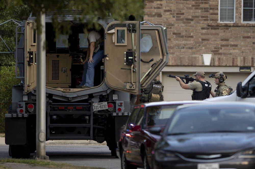 现场!美国精神病小伙与警察火拼:反锁屋门狂开枪 打伤3人