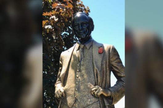 加拿大总理父亲雕像再遭破坏 此前面部曾被涂黑