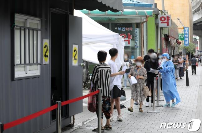 首尔新冠病毒检测点,重新排起长队。(news 1)