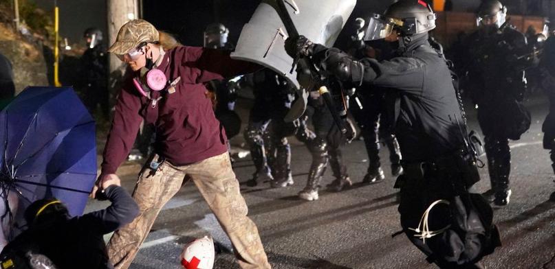 波特兰示威者及执法人员(美联社资料图)