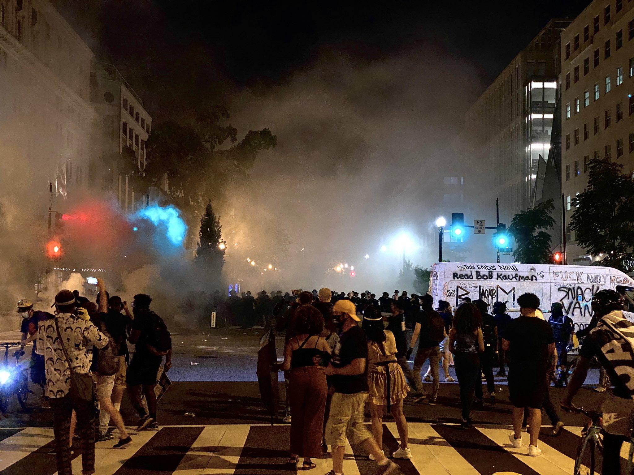 图为抗议现场。(图:推特)