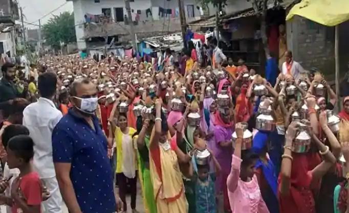 """印度数千人在疫情""""重灾区""""游行 不戴口罩人挤人"""