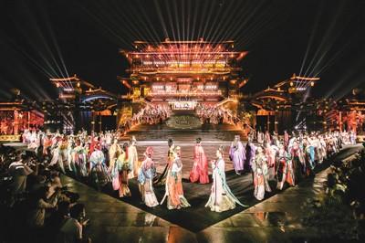 天猫联合品牌在陕西西安大唐芙蓉园举办创新汉服走秀。阿里巴巴供图