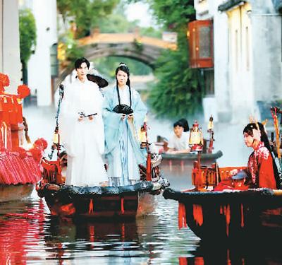 5月19日晚,汉服爱好者提灯乘坐摇橹船夜游古镇水巷。华雪根摄(人民视觉)