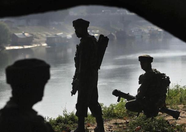 印媒1天内报道3名印军人员死于车祸:爆胎致翻车 被拖拉机碾过