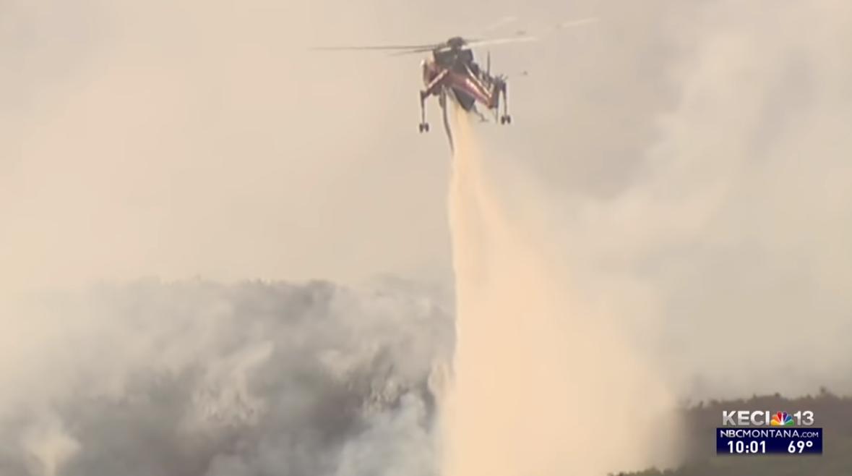 资料图:直升机灭火(NBC新闻)