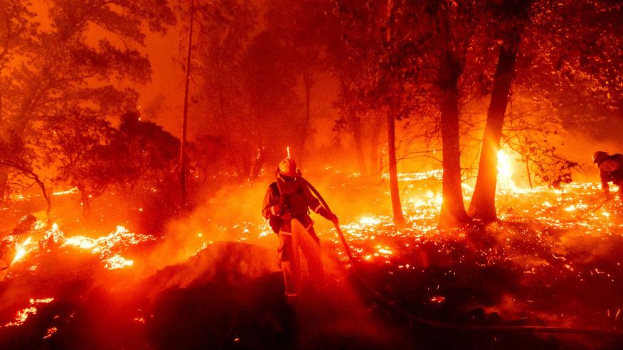 消防员在加州扑救山火(美联社)