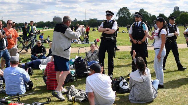 英国六人以上聚集禁令生效 政府鼓励民众报警举报违规者