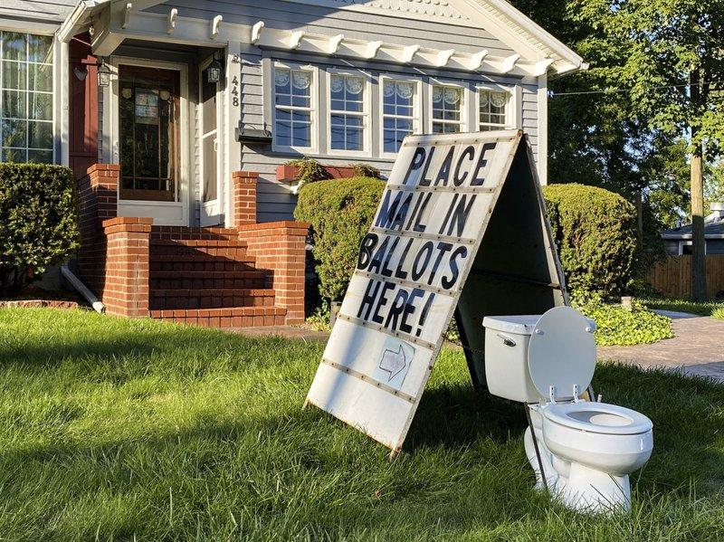 美国居民自家草坪上放马桶 当地官员:妨碍大选,投诉
