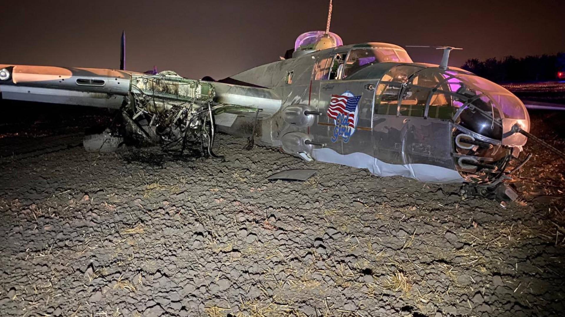 美国一架B-25轰炸机坠毁:栽进泥地 2人受伤(图)