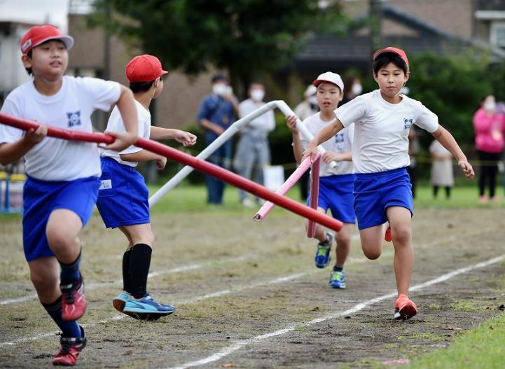 日本小学生用2米长的接力棒比赛(每日新闻)