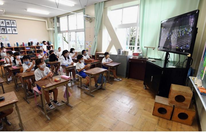 学生们收看比赛直播(每日新闻)