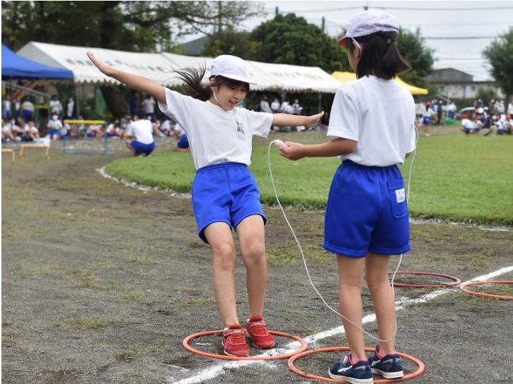 学生在比赛时尽量保持距离(每日新闻)