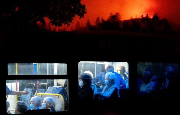 美国加州山火持续肆虐 两县约600户居民被迫撤离