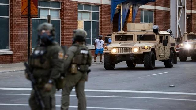 资料图:国民警卫队武装进入市区。(图源:GettyImages)
