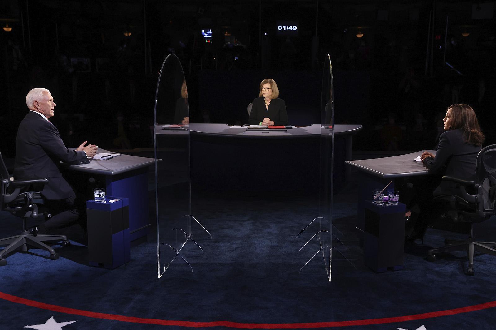 现场!美副总统候选人隔3.6米辩论:不戴口罩 中间竖巨大玻璃板