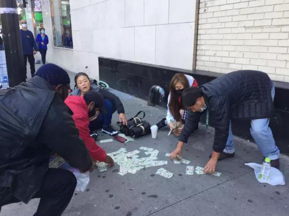 周围路人帮韩裔女子捡钱(图源:《世界日报》)