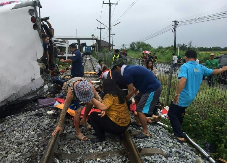 泰国一载65人汽车遭火车高速撞翻 已致20死30伤