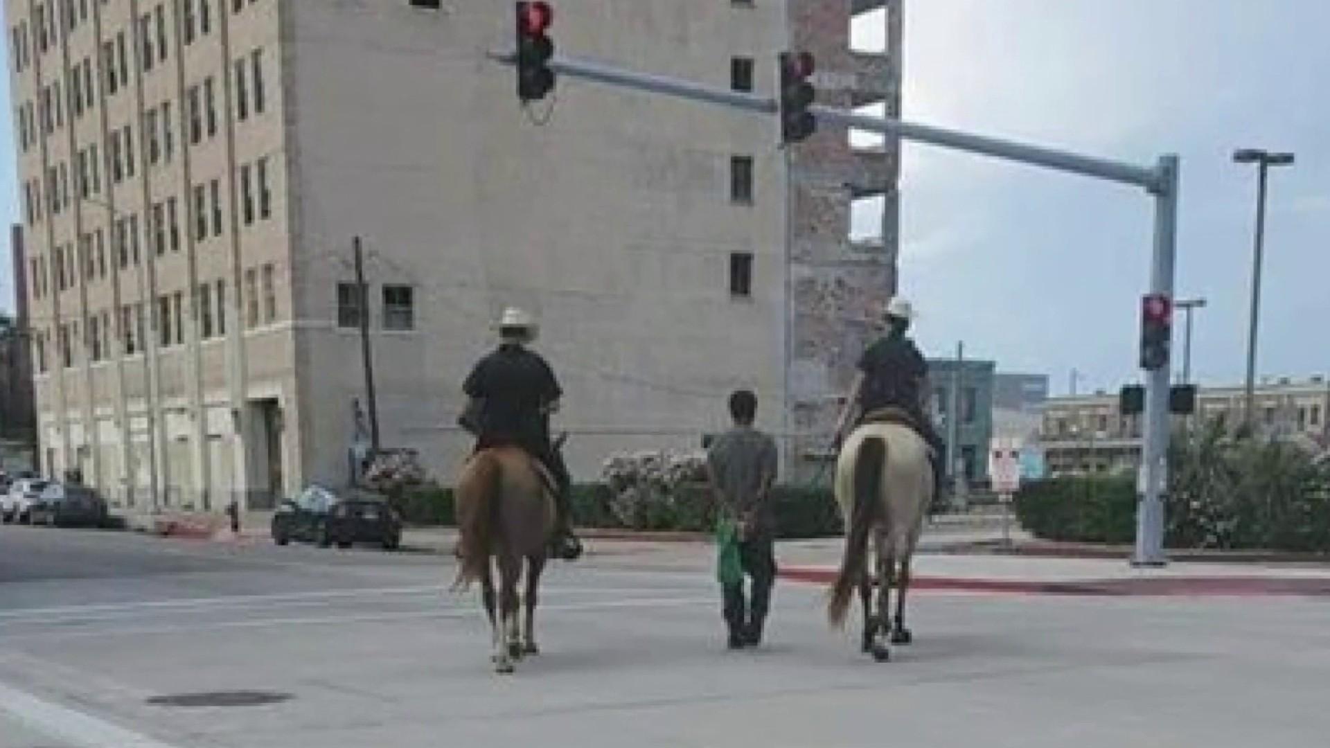 """""""对我像奴隶!""""美国黑人被白人警察骑马牵着游街 索赔100万美元"""
