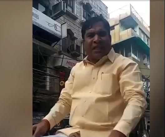 不满车子被拖走 印度人民党领导人街头撒泼骂交警