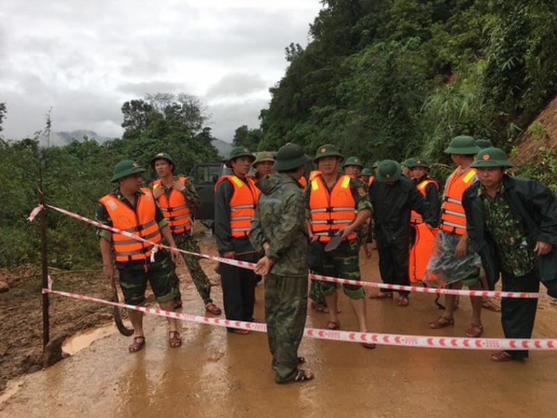 越南一兵营遭遇塌方事故。(图源:社交媒体)