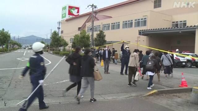警方正在组织民众疏散(NHK)