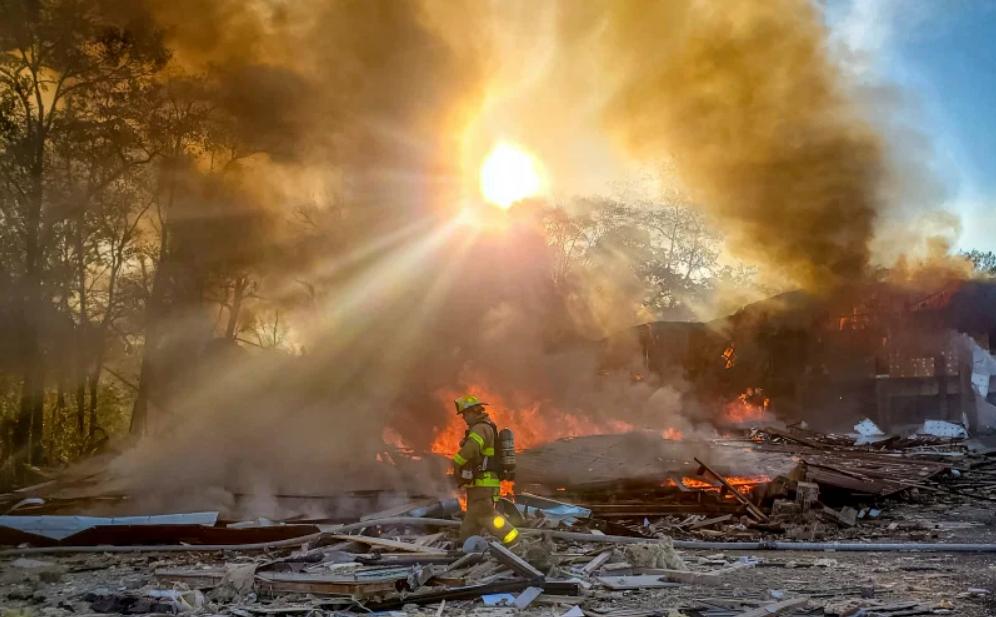 爆炸现场一片废墟,大火引发巨大烟雾。(图源:美联社)