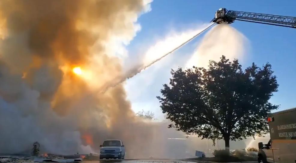 当地出动了大量应急人员,参与火灾扑救。(图源:美联社)