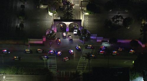 现场有二十多辆闪着警笛的警车。(图源:推特)