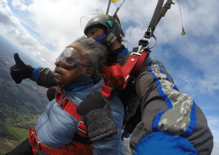美国102岁二战女兵首次跳伞。(图源:社交媒体)