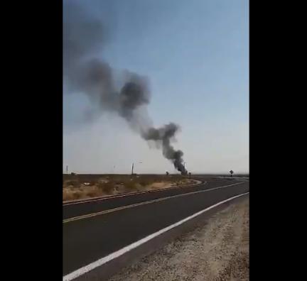 """美海军一架""""超级大黄蜂""""战机坠毁 现场起火 浓烟滚滚"""
