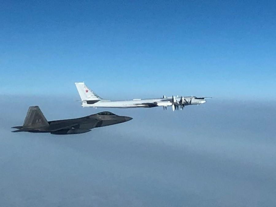 美军F-22战机19日晚拦截俄罗斯图-95轰炸机。(图源:社交媒体)