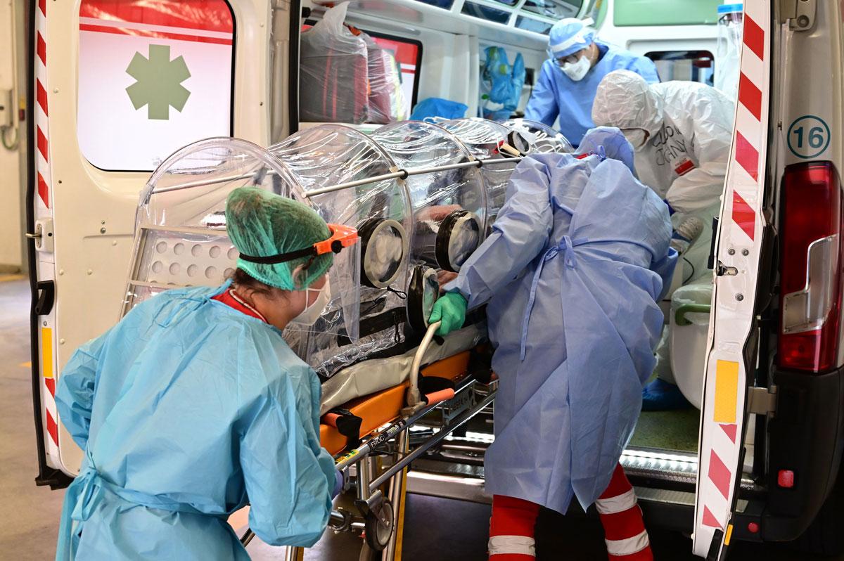 美医务人员将新冠患者进行转院。(图源:Getty Images)