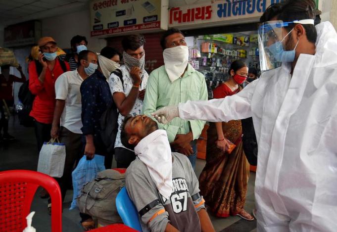印度民众接受新冠病毒检测(图源:路透社)