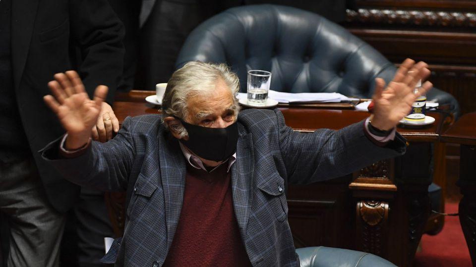 穆希卡在议会挥手告别(AFP)