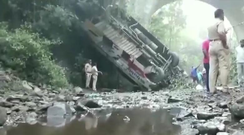 印度一辆大巴遭撞击坠入大峡谷 已致5死35伤