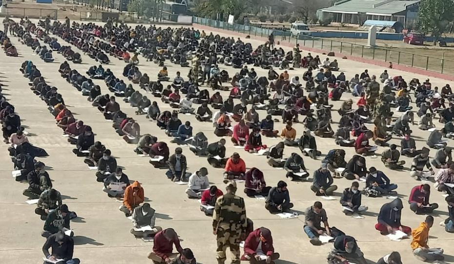 印度招募边境安保人员:3万人参加 密密麻麻坐地上考试