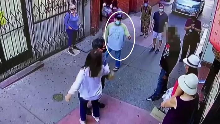 见到游客被打,华裔店主(白圈)介入。