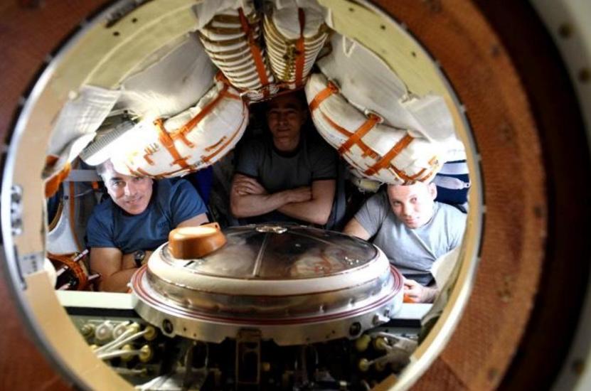 """3名宇航员在""""联盟MS-16""""号飞船中。(NASA)"""
