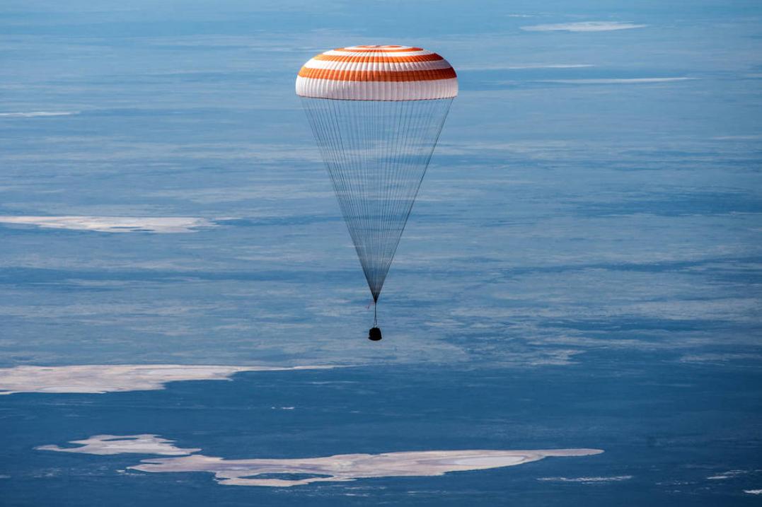 返回舱在哈萨克斯坦上空。(NASA资料图)