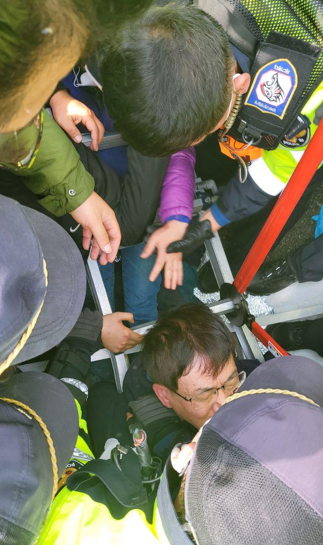 """韩军向""""萨德""""基地运设备:居民誓死阻拦 多人受伤送院"""