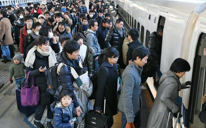 日本新年期间的返乡人群(日本经济新闻)