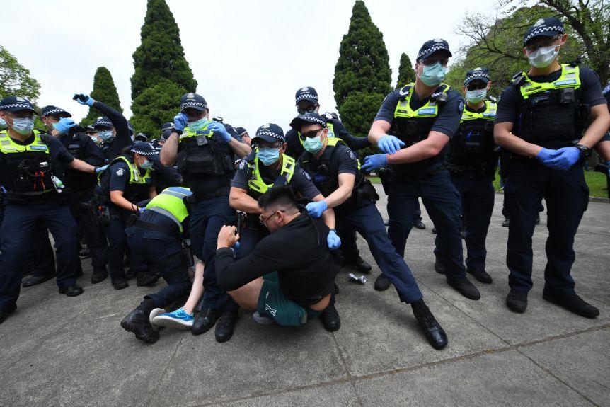 澳大利亚街头爆发混战:200多抗议者不戴口罩 与警察打成一团