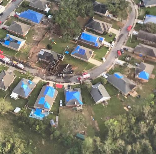 美国军机撞民宅坠毁:两名飞行员丧生 多辆汽车被破坏